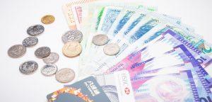 カラフルな外貨の紙幣と小銭