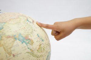 地球儀上の日本を指さしている