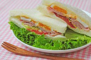皿にのった飾りのレタスとサンドイッチ