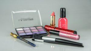 机の上に置かれたマニキュアや口紅などの化粧品