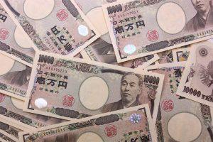 無造作に並べられた大量の一万円札