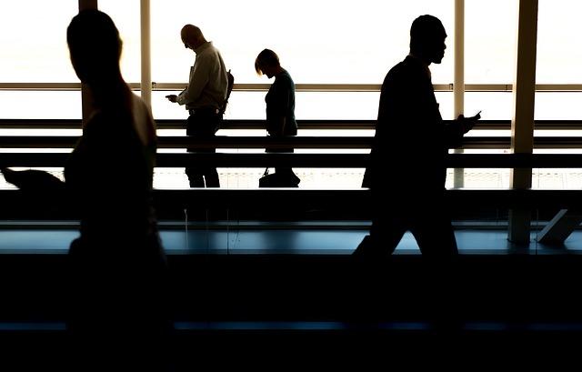 空港の廊下を歩く人影