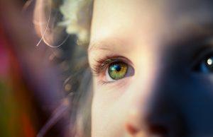 二重の女の子の右目