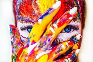 カラフルな色で彩られた顔