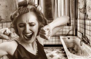 前髪にカーラーを付けて発狂する女性