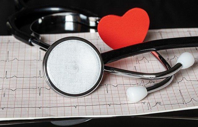 聴診器と心電図