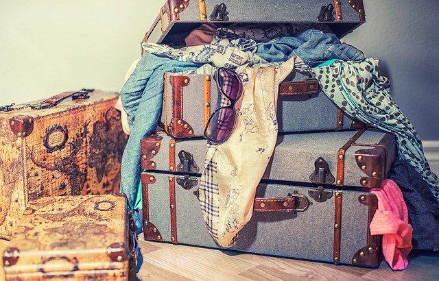スーツケースからあふれた服