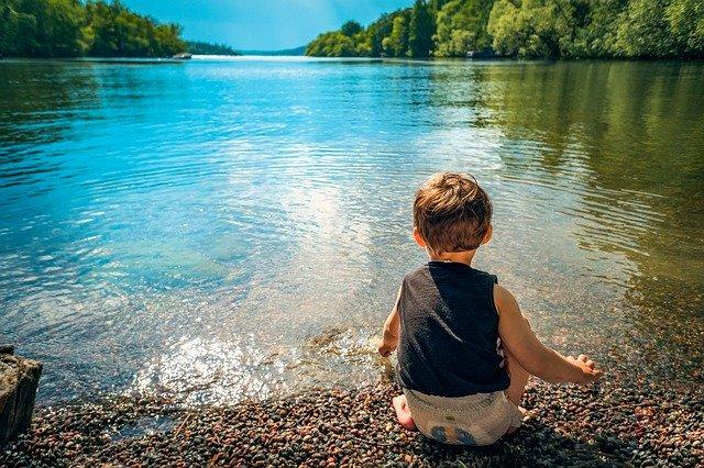 湖で遊ぶ男の子