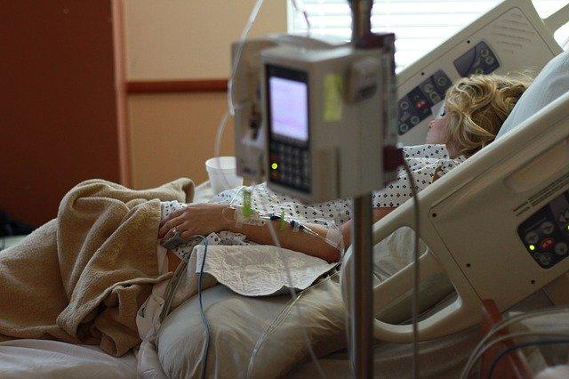 入院加療中の女性