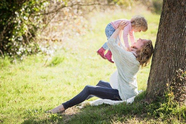 木の下で遊ぶママと子ども