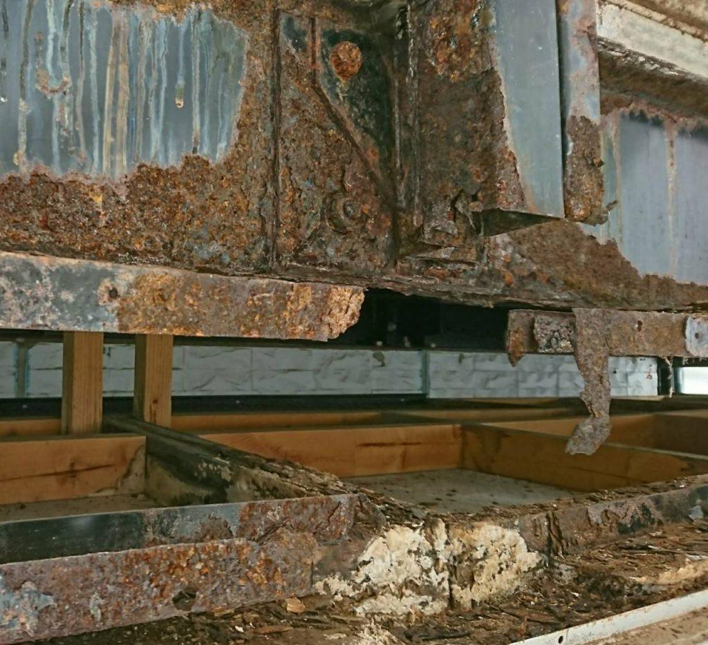 ダイワハウス外壁の中のサビた鉄骨